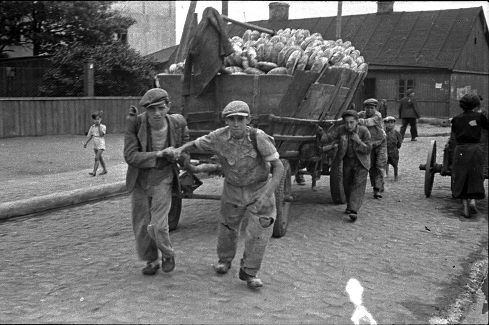Henryk Ross' photo of Lodz Ghetto men hauling a cart for bread distribution in 1942. (Courtesy, Museum of Fine Arts, Boston)