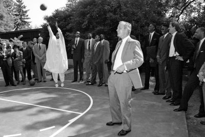 Hodges shoots on the White House basketball court. (Courtesy of George Bush Presidential Library and Museum)
