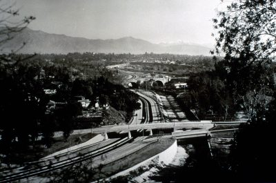 A view of the recently opened Arroyo Seco Parkway in Los Angeles in 1940, with a distant view to the San Gabriel Mountains. (Caltrans/Wikimedia Commons)