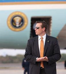 A Secret Service agent stands near Air Force One awaiting the return of President Barack Obama in Jacksonville, Fla., Monday, Oct. 26, 2009. (AP)
