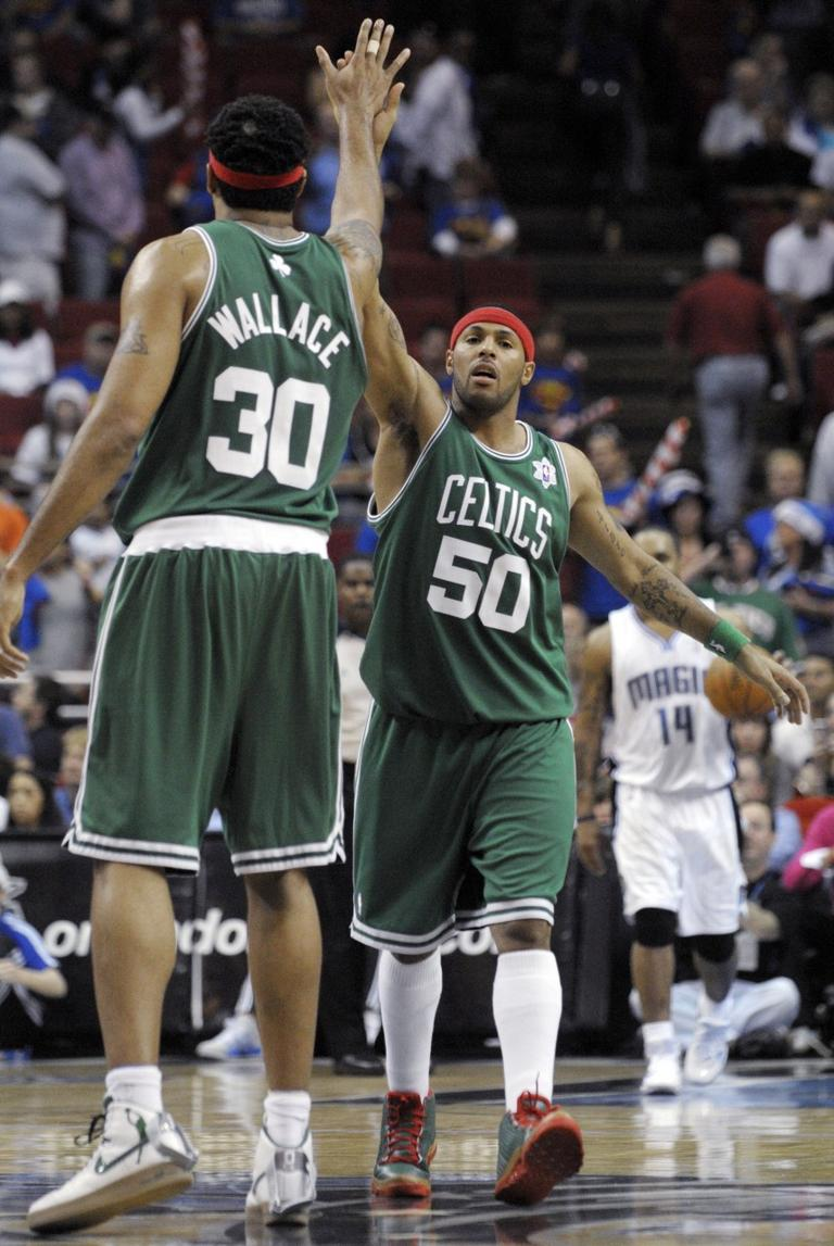 Boston Celtics guard Eddie House, center, is congratulated by teammate Rasheed Wallace, left, in the final seconds of an NBA basketball game in Orlando, Fla., Friday, Dec. 25, 2009.  The Celtics won 86-77. (AP)