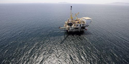An offshore oil drilling platform off the coast of California is seen in May 2009. (AP)