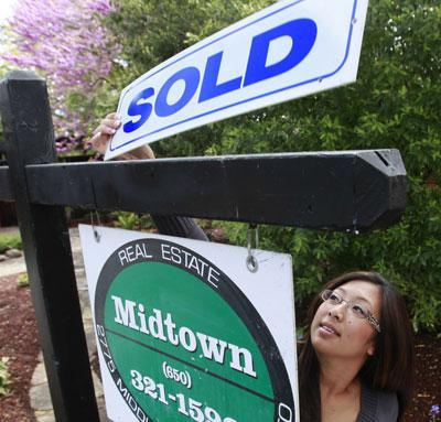 Joann Weber, of Midtown Realty, at a home in Palo Alto, Calif., April 5, 2010. An $8,000 tax credit for first-time home buyers expired Friday, April 30. (AP)