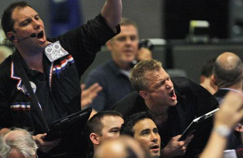 Traders shout orders in the S&P 500 futures pit at the CME Group in Chicago near the close of trading, Thursday, May 6, 2010, the day the Dow Jones industrials plunged nearly 1,000 points in half an hour. (AP)