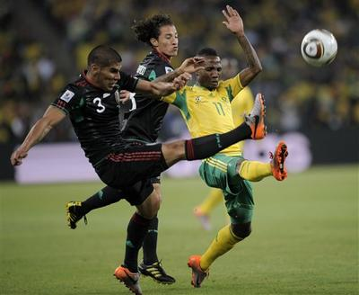Mexico's Carlos Salcido, left, and Mexico's Andres Guardado, center, compete for the ball with South Africa's Teko Modise, right, during the World Cup group A soccer match between South Africa and Mexico in Johannesburg, South Africa, on Friday, June 11, 2010. (AP)