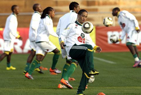 South Africa's Steven Pienaar, center, controls the ball during a training session, ahead of their opening World Cup match against Mexico on Friday, in Johannesburg, South Africa, June 9, 2010. (AP)