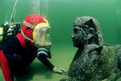 A diver eye-to-eye with the sphinx believed to represent Ptolemy XII, father of the famous Cleopatra VII. The sphinx was found during excavations in the ancient harbour of Alexandria. (Credit: The Franklin Institute; Franck Goddio/Hilti Foundation, photo: Jerome Delafosse)