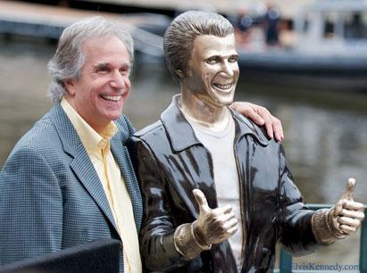 Henry Winkler with a statue in honor of his 'Happy Days' character Fonzie. (elviskennedy/Flickr)
