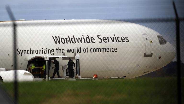 Investigators search for suspicious packages on a plane stopped in Mumbai, India. (AP)
