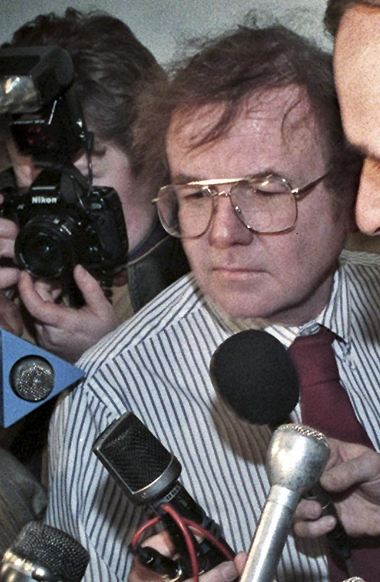 Kevin McNicholas in the midst of a State House reporters' scrum in 1995. (AP)