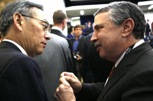 New York Times columnist Thomas Friedman, right, talks with Energy Secretary Steven Chu at the White House, Dec. 3, 2009. (AP)