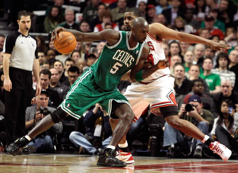 Chicago Bulls' Kurt Thomas guards Boston Celtics' Kevin Garnett during the fourth quarter on Thursday. (AP Photo/Nam Y. Huh)