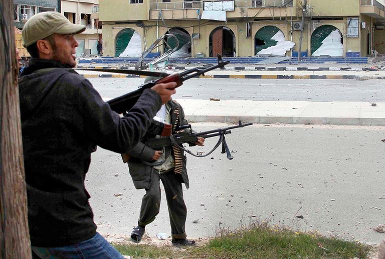 Libyan rebel fighters battle with pro-Gadhafi troops in Misrata, Thursday, April 21, 2011. (AP)
