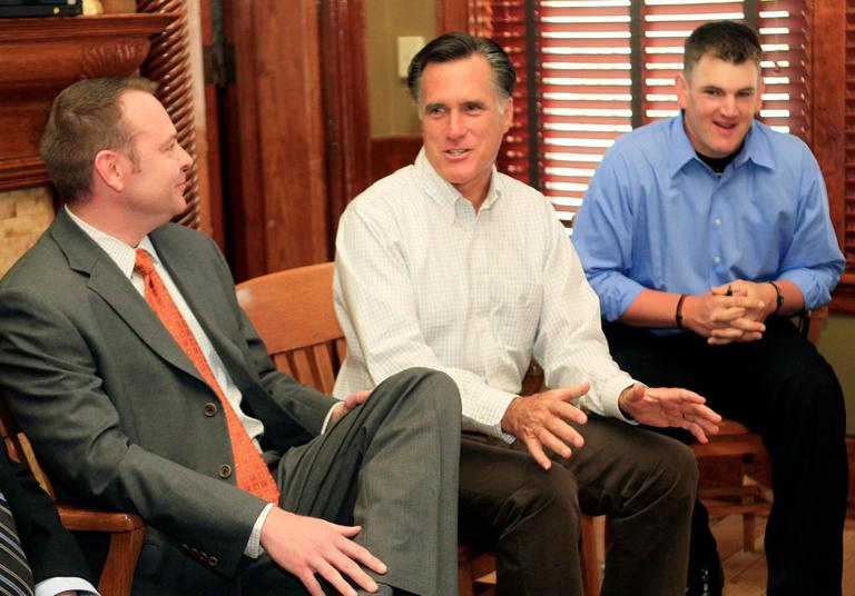 Likely Republican presidential hopeful and former Gov. Mitt Romney, center, talks with business leaders in Nashua, N.H., on May 3. (AP)