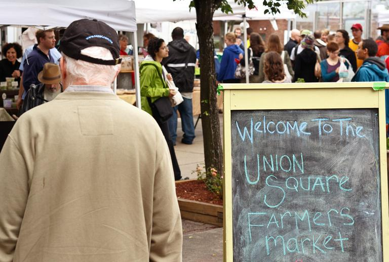 The farmer's market in Somerville's Union Square bustles in June. (rutt/Flickr)