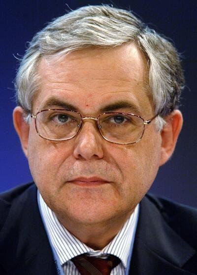 Lucas Papademos talks to press in Berlin in 2005. (AP)