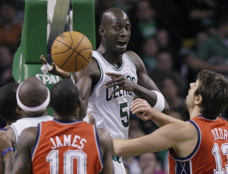 Boston Celtics forward Kevin Garnett (5) dishes the ball from under the basket. (AP)