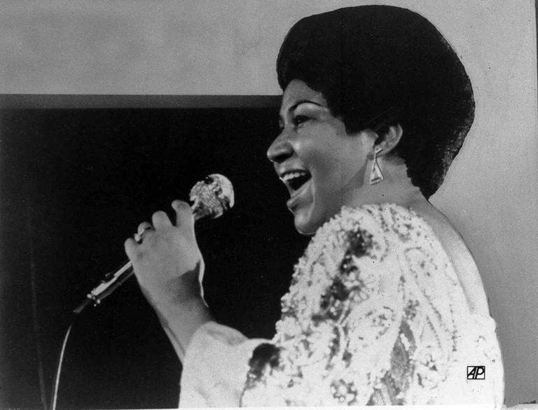 Vocalist Aretha Franklin warbles a few notes into the microphone in this Jan. 28, 1972 photo. (AP)