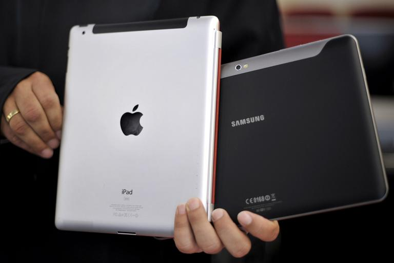 "A Samsung Tablet-PC ""Galaxy Tab 10.1"" and an Apple iPad. (AP)"