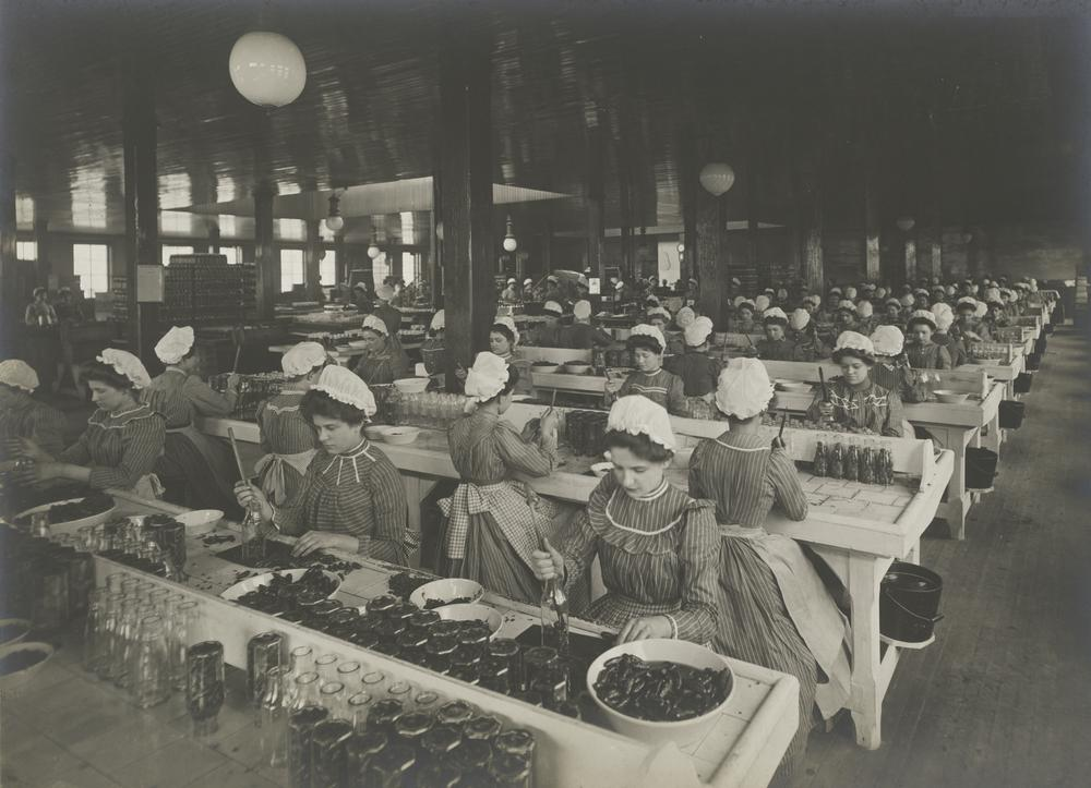 Industrial Problems, Welfare Work: United States. Pennsylvania. Pittsburgh. H.J. Heinz Company: Bottling Department, c. 1903. Gelatin silver print. Harvard Art Museums/Fogg Museum, Transfer from the Carpenter Center for the Visual Arts, Social Museum Collection, 3.2002.21. (Courtesy of Harvard Art Museums)