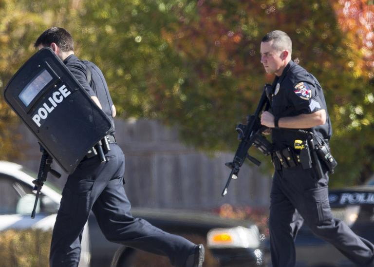 Police and swat team members respond to a shooting at the Azana Spa in Brookfield, Wis.  Sunday,Oct. 21, 2012.  (Tom Lynn/AP)