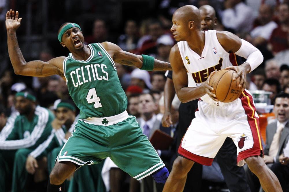 Boston Celtics' Jason Terry (4) tries to block Miami Heat's Ray Allen (34) during the NBA basketball game in Miami, Oct. 30, 2012. (AP)