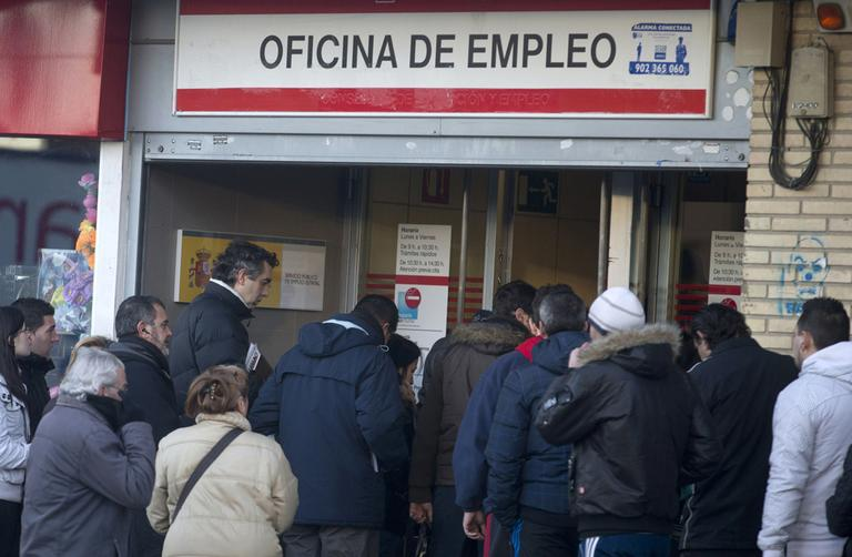 People queue to enter an unemployment registry office in Madrid, January, 2013. (Paul White/AP)