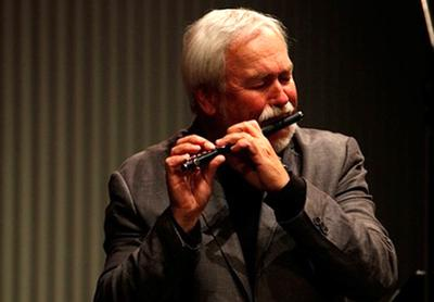 Jim Walker plays the piccolo. (www.jimwalkerflute.com)