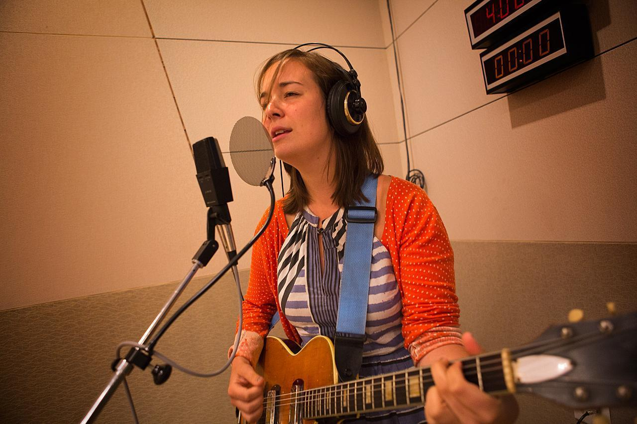 Musician Margaret Glaspy plays for Radio Boston. (Jesse Costa/WBUR)