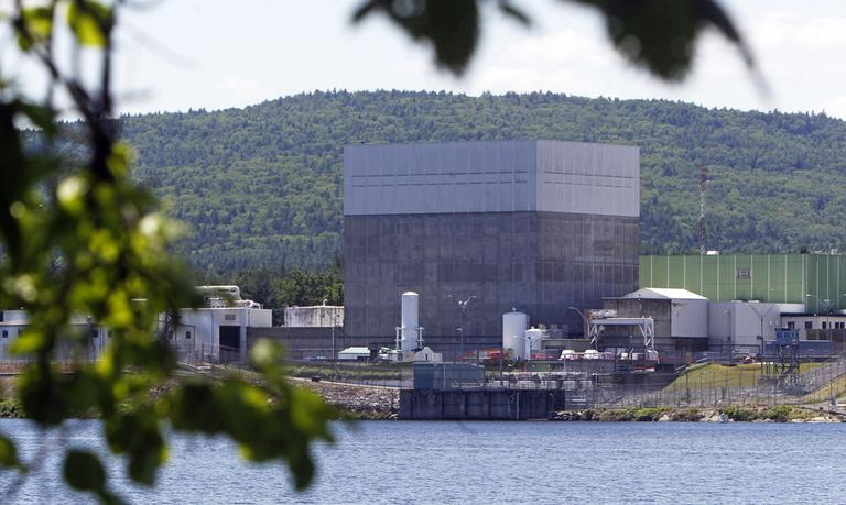 In this June 19, 2013 photo, the Vermont Yankee nuclear power plant sits along the banks of the Connecticut River in Vernon, Vt. (Toby Talbot/AP)