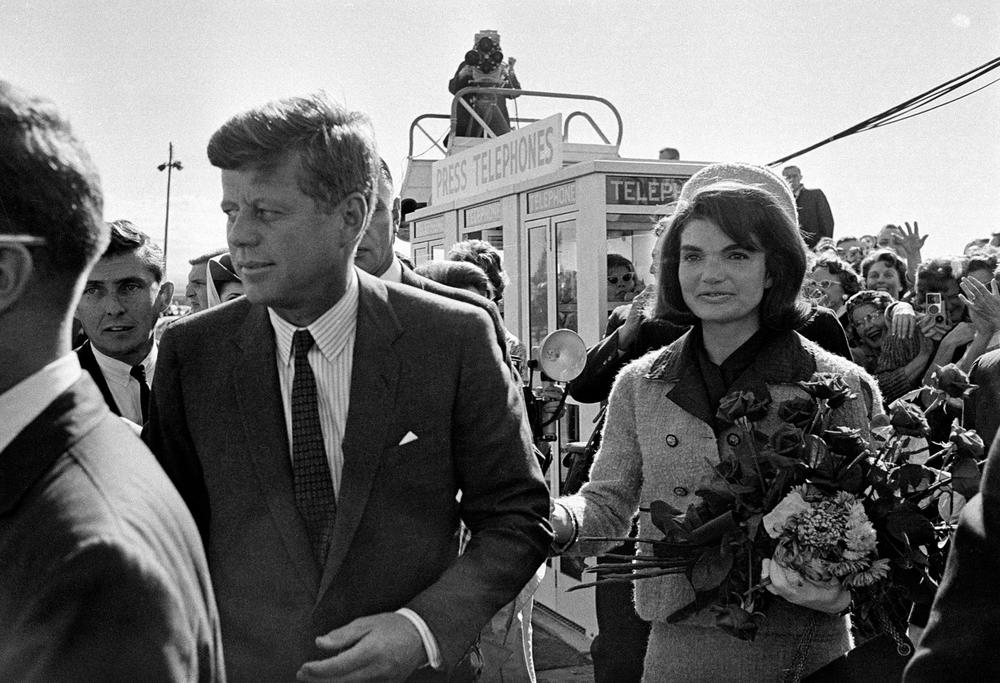 President John F. Kennedy and his wife, Jacqueline Kennedy, arrive at Love Field airport in Dallas, Nov. 22, 1963. (AP)