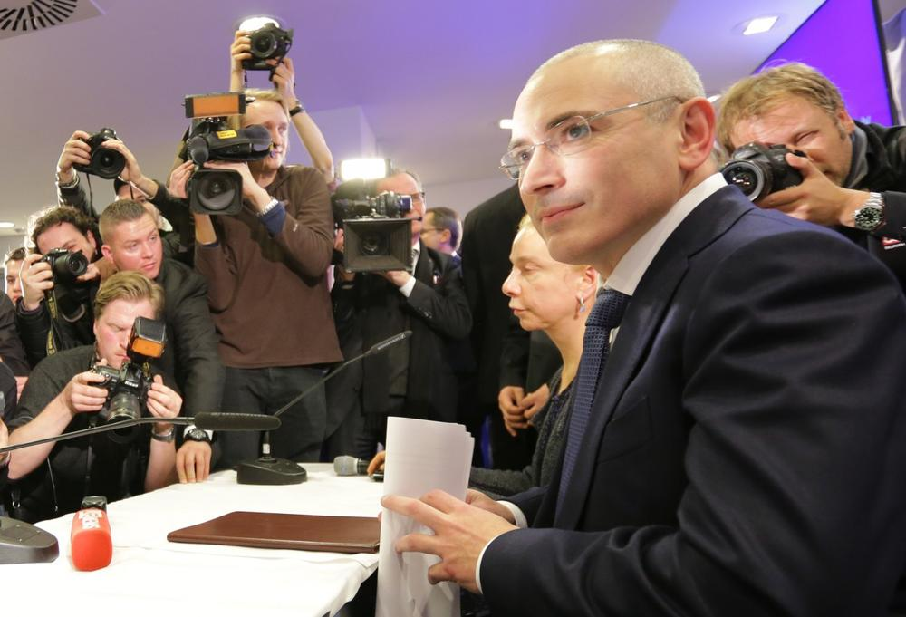 Former Russian oil tycoon and Kremlin critic Mikhail Khodorkovsky (R) gives a press conference in the Berlin Wall Museum at Checkpoint Charlie on December 22, 2013 in Berlin. (Michael Kappeler/AFP/Getty Images)