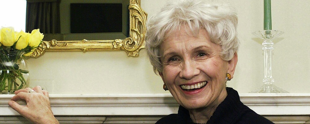 Alice Munro in New York in 2002. (Paul Hawthorne/AP)