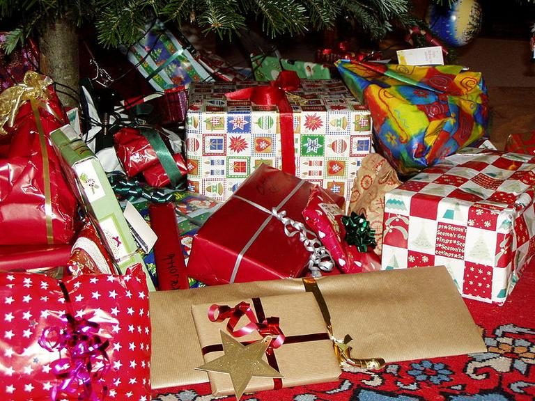 There are some useful tips to give gifts that make others and ourselves feel better. (Sigismund von Dobschütz/Wikimedia)