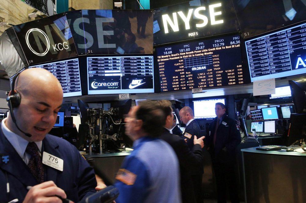 Traders work on the floor of the New York Stock Exchange on January 27, 2014 in New York City. (Spencer Platt/Getty Images)