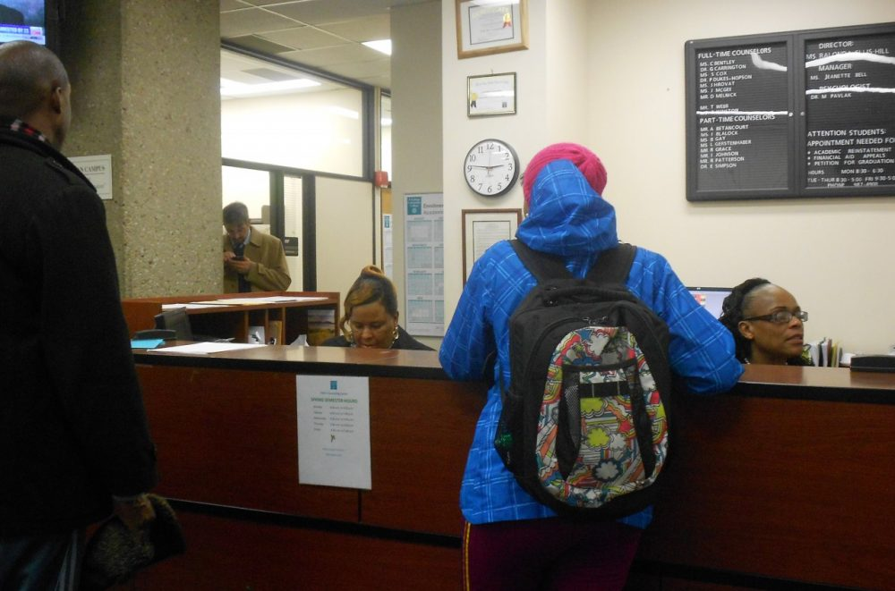 Students schedule advising appointments at Cuyahoga Community College counseling office. (Michelle Kanu/Ideastream)