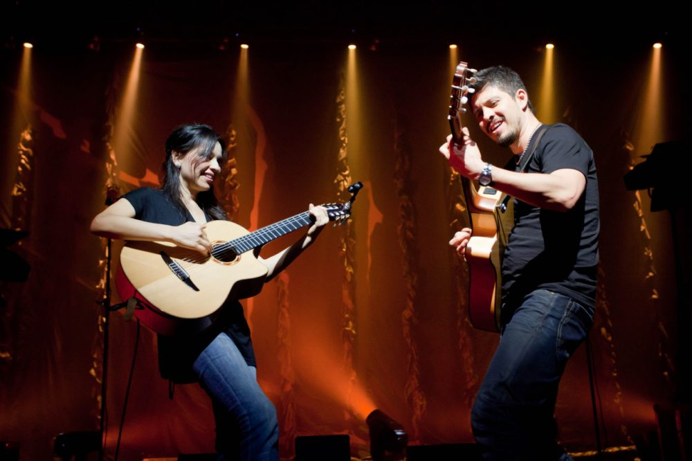 Gabriela y Rodrigo on stage during a tour. (Peter O'Neill / Rubyworks)