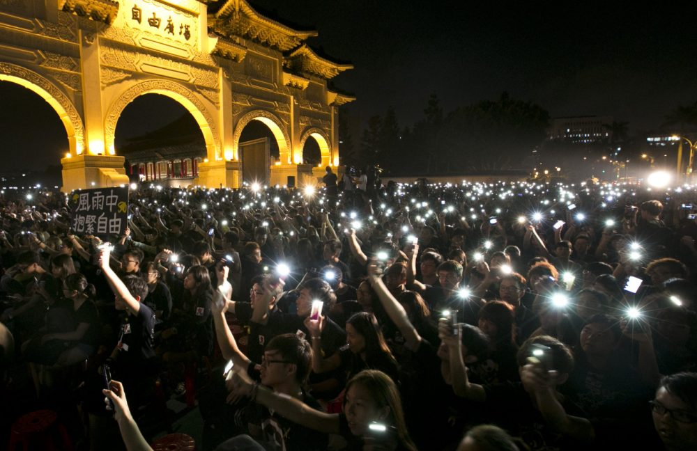 Hundreds of people gather in front of Liberty Square to show support for Hong Kong pro democracy rallies on October 1, 2014 in Taipei, Taiwan. (Ashley Pon/Getty Images)