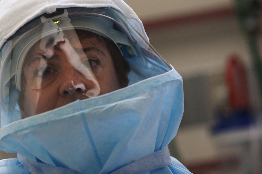 A member of Bellevue's Hospital staff wears protective clothing during a demonstration on how they would receive a suspected Ebola patient on October 8, 2014 in New York City. (Spencer Platt/Getty Images)