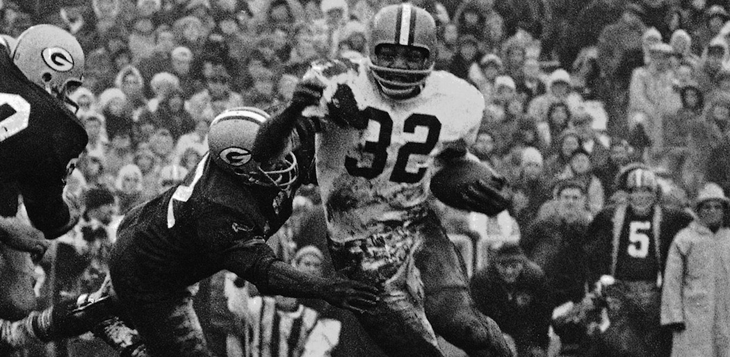 Jim Brown turns the corner against the Green Bay Packers in 1966. (AP)
