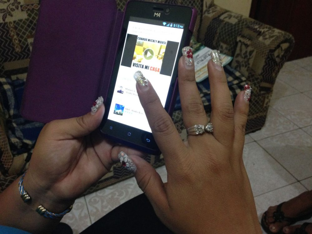 Asunción Diaz looks through her Facebook page for messages. Nearly half of all Mexicans go online and most of them use social media. (Mónica Ortiz Uribe)