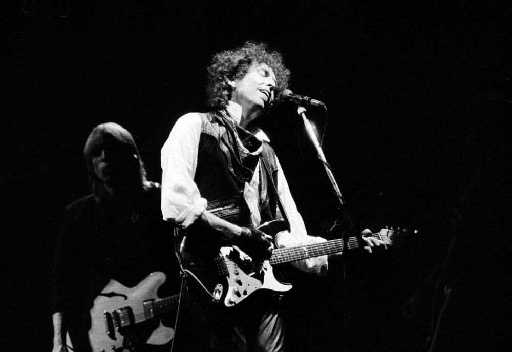 "Bob Dylan opens his ""True Confessions"" tour in the San Diego Sports Arena to a sold-out house of about 17,000 in 1986. (Howard Lipin/AP)"