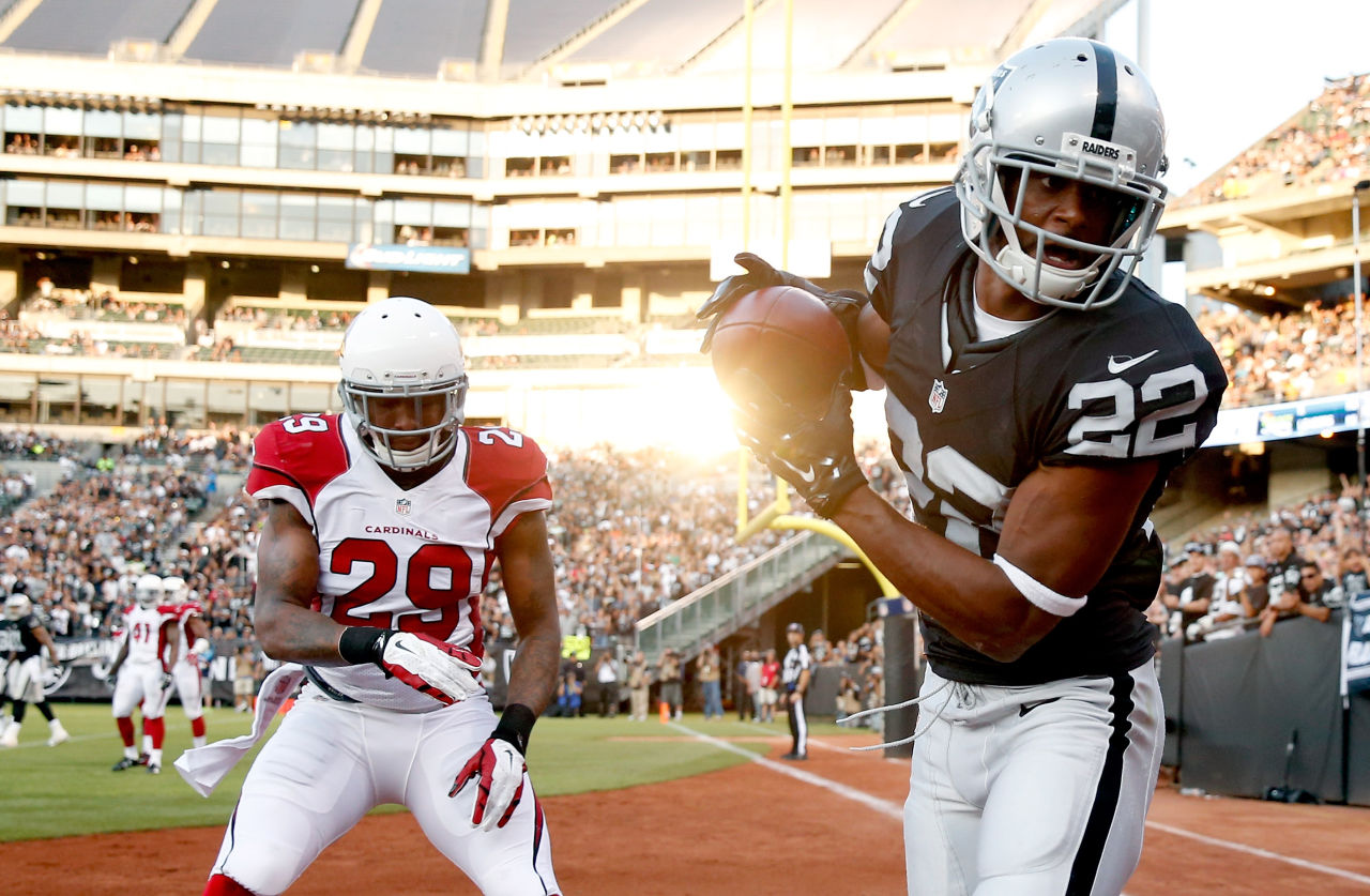 Taiwan Jones #22 of the Oakland Raiders tries to catch the ball in the endzone while covered by Chris Clemons #29 of the Arizona Cardinals at O.co Coliseum on August 30, 2015 in Oakland, California. (Ezra Shaw/Getty Images)