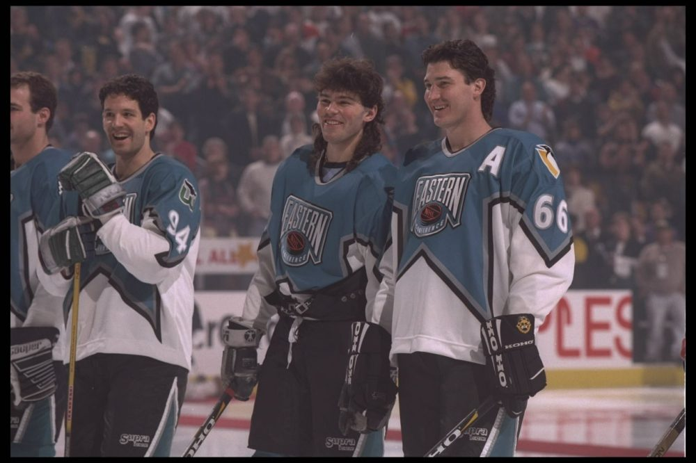 Jaromir Jagr (left) and Mario Lemieux smile for the cameras before the 1996 NHL All Star game. (Doug Pensigner/Getty Images)