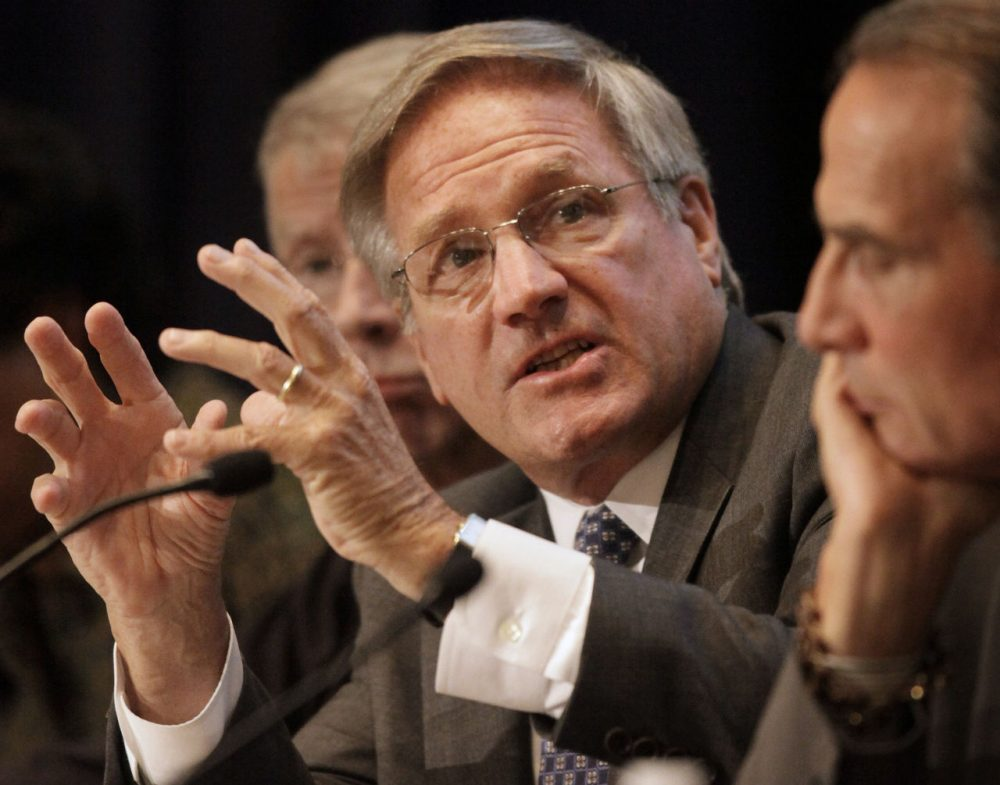 Former Massachusetts Attorney General Scott Harshbarger, center, addresses an audience in Boston in 2009. (Steven Senne/AP)