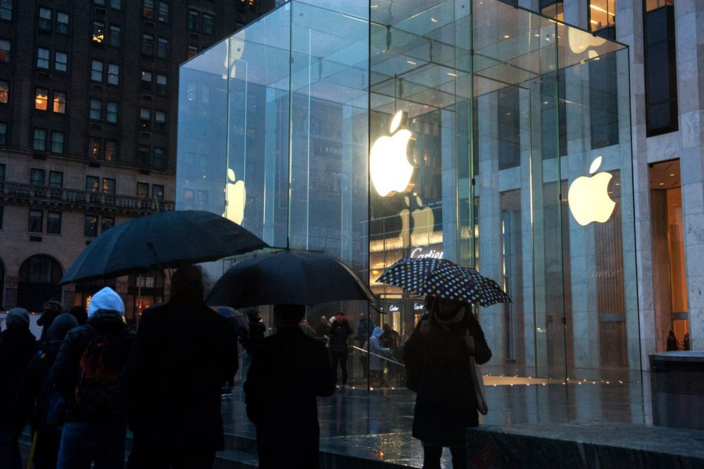 "Pedestrians walk past the Apple store on 5th Avenue on February 23, 2016 in New York City. Protesters gathered to support Apple's decision to resist the FBI's pressure to build a ""backdoor"" to the iPhone of Syed Rizwan, one of the two San Bernardino shooters. (Bryan Thomas/Getty Images)"