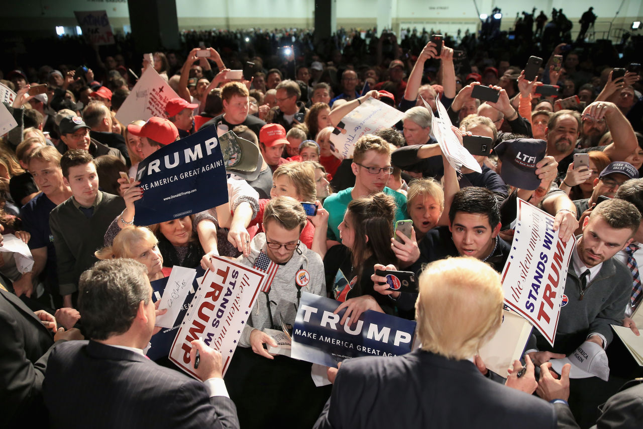 Republican presidential candidate Donald Trump and New Jersey Governor Chris Christie sign autographs for fans at a rally at the Fort Worth Convention Center on February 26, 2016 in Fort Worth, Texas. (Tom Pennington/Getty Images)