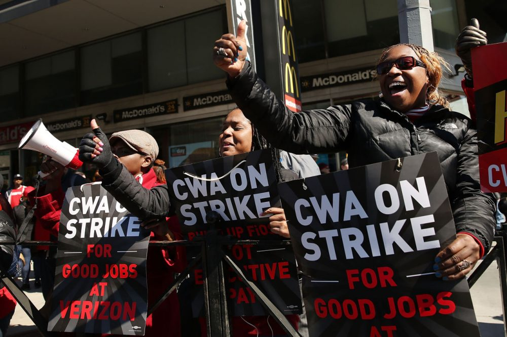 Hundreds of Verizon workers strike outside of the telecommunications company's Brooklyn offices on April 13, 2016 in New York City. (Spencer Platt/Getty Images)