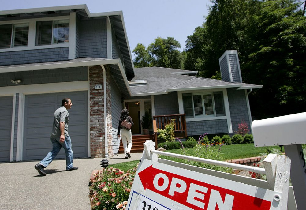 Real estate agents arrive at a brokers tour showing a house for sale with a list price of $1.3 million May 17, 2007 in San Rafael, California. (Justin Sullivan/Getty Images)