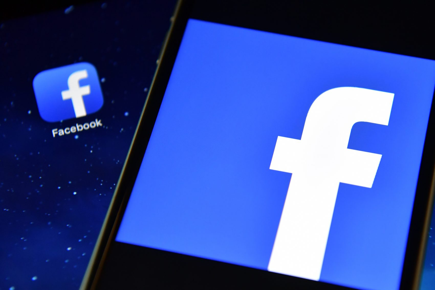 The Facebook app logo displayed on an iPad next to a picture of the Facebook logo on an iPhone. (Carl Court/Getty Images)